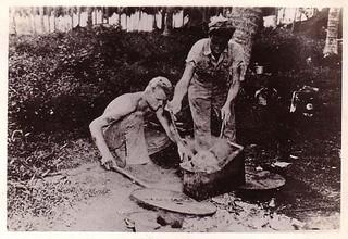 日本兵の頭部を煮るアメリカ兵(1944年)頭蓋骨は一体につき35ドルで販売されていたPacific_war.jpg